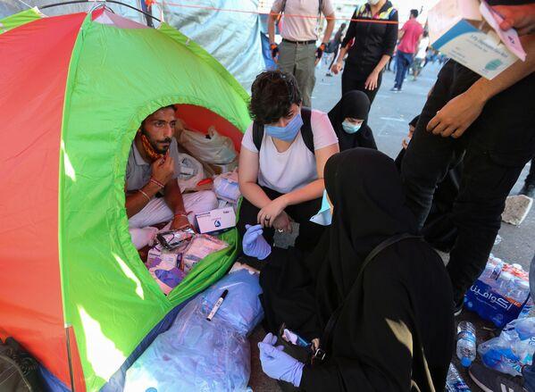 Добровольцы собирают гуманитарную помощь для пострадавших от взрыва в порту Бейрута, Ливан - Sputnik Азербайджан