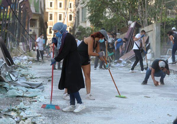 Волонтеры убирают улицы, пострадавшие от взрыва в порту Бейрута - Sputnik Азербайджан