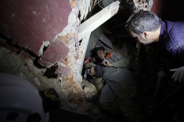 Ливанские военнослужащие разыскивают выживших после мощного взрыва в Бейруте - Sputnik Азербайджан