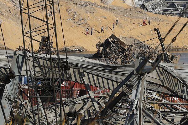 Спасатели ищут жертв на месте мощного взрыва в морском порту Бейрута, Ливан - Sputnik Азербайджан