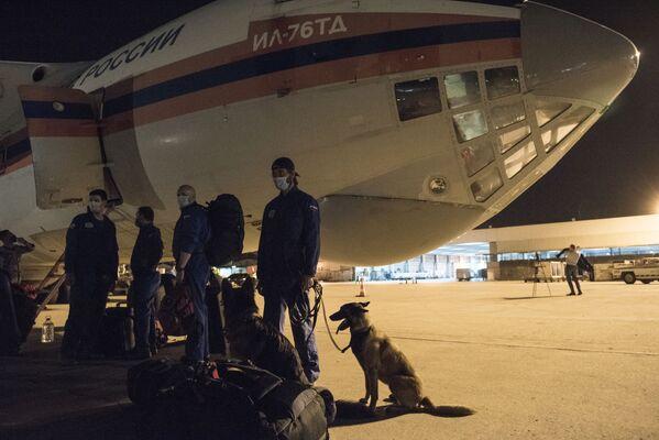 Самолет Ил-76ТД с российским оборудованием и специалистами для оказания помощи после разрушительного взрыва прибыл в Бейрут - Sputnik Азербайджан