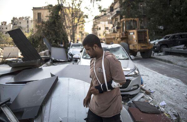 Житель Бейрута в пострадавшем от взрыва районе города - Sputnik Азербайджан