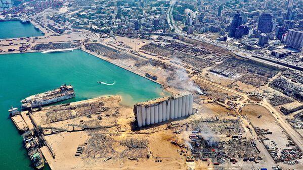 Вид с воздуха на порт и прилегающие районы Бейрута, поврежденные взрывом - Sputnik Азербайджан