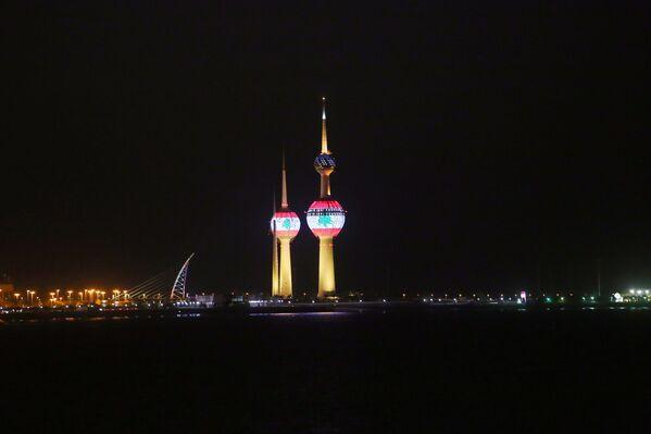 Ливанский флаг, отображенный на Кувейтских башнях в знак солидарности в связи с взрывом в Бейруте - Sputnik Азербайджан