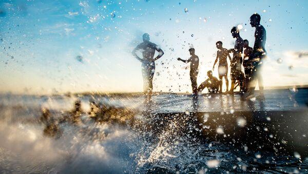 Отдыхающие на пляже Менексе в Стамбуле, Турция - Sputnik Азербайджан