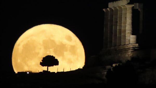 Луна во время восхода в Греции - Sputnik Azərbaycan
