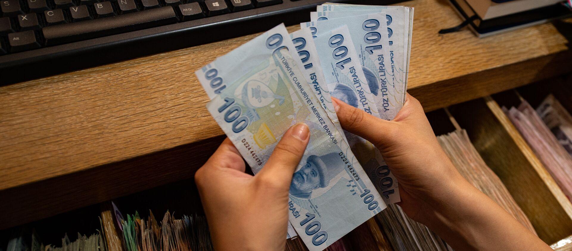 Сотрудник обменного пункта считает банкноты турецких лир, фото из архива - Sputnik Azərbaycan, 1920, 07.11.2020