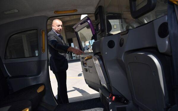 Президент Ильхам Алиев ознакомился с доставленными в Баку новыми лондонскими такси - Sputnik Азербайджан