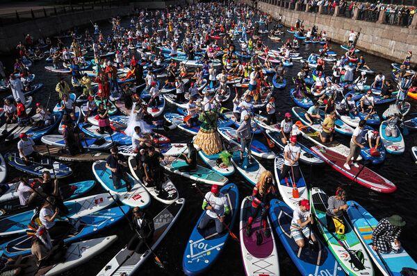 Участники международного фестиваля SUP-серфинга Фонтанка-SUP на реке Мойке в Санкт-Петербурге - Sputnik Азербайджан