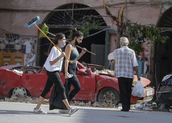 Девушки-волонтеры в разрушенном взрывом пригороде Бейрута - Sputnik Азербайджан