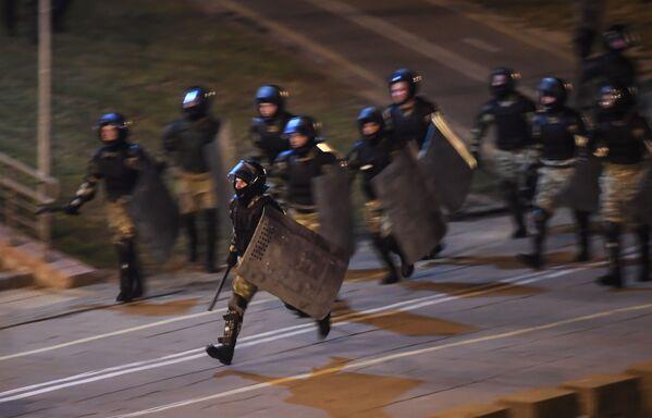 Сотрудники правоохранительных органов во время акции протеста в Минске - Sputnik Азербайджан
