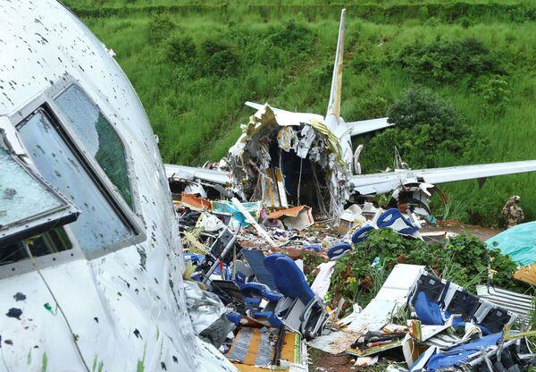 На месте крушения пассажирского самолета Boeing 737 Air India Express - Sputnik Азербайджан
