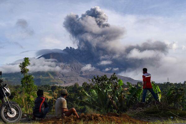 Жители деревни наблюдают за извержением вулкана Синабунг на Суматре - Sputnik Азербайджан