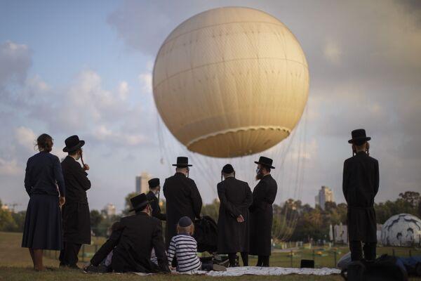 Ультраортодоксальные евреи в защитных масках в парке в Тель-Авива, Израиль - Sputnik Азербайджан