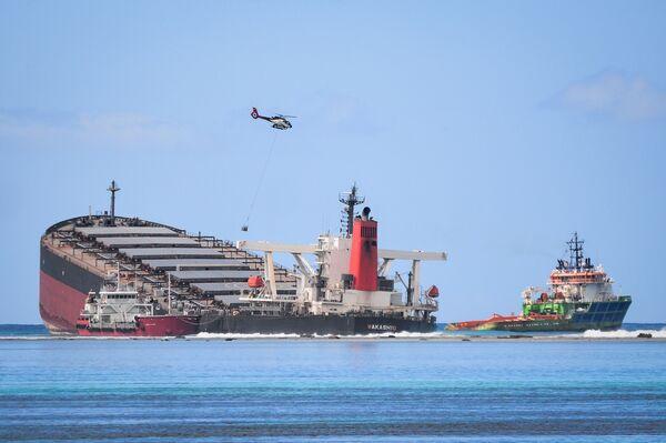 Судно MV Wakashio, севшее на мель у побережья юго-восточного Маврикия - Sputnik Азербайджан