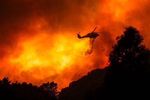 Вертолет над горящим лесом недалеко от Санта-Клариты, Калифорния - Sputnik Азербайджан