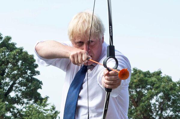 Премьер-министр Великобритании Борис Джонсон во время стрельбы из лука в летнем лагере Premier Education в Sacred Heart of Mary Girls, Лондон - Sputnik Азербайджан