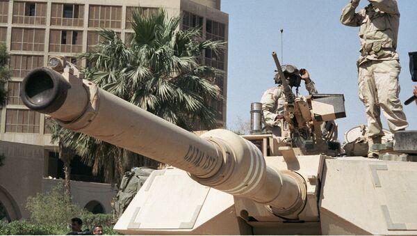 Американские солдаты наблюдают за порядком на улице Багдада - Sputnik Азербайджан
