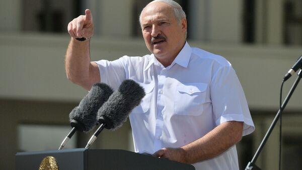 Президент Белоруссии Александр Лукашенко выступает на митинге, организованном в его поддержку на площади Независимости в Минске - Sputnik Azərbaycan