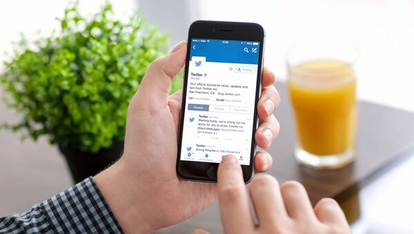 Приложение Twitter на экране телефона  - Sputnik Азербайджан