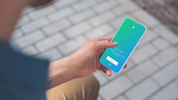 Страница социальной сети Twitter на экране смартфона - Sputnik Азербайджан