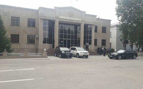 Ситуация перед зданием Исполнительной власти (ИВ) Кюрдамирского района - Sputnik Азербайджан