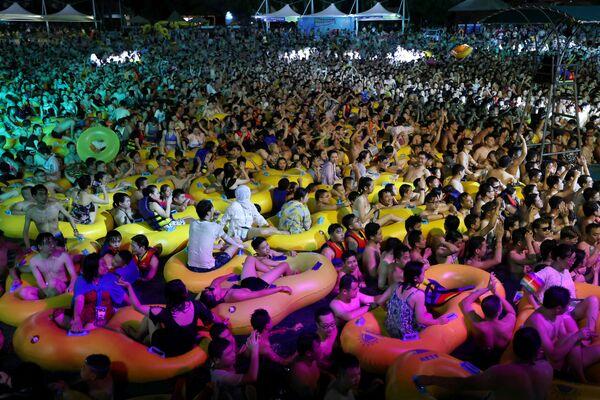 Люди на вечеринке в Wuhan Maya Beach Park в Ухане, Китай - Sputnik Азербайджан