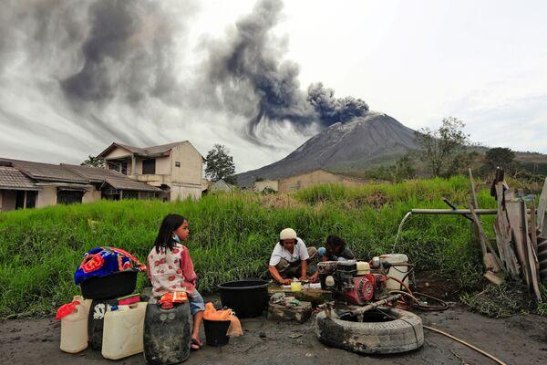 Люди стирают одежду у активного вулкана Синабунг, Индонезия  - Sputnik Азербайджан