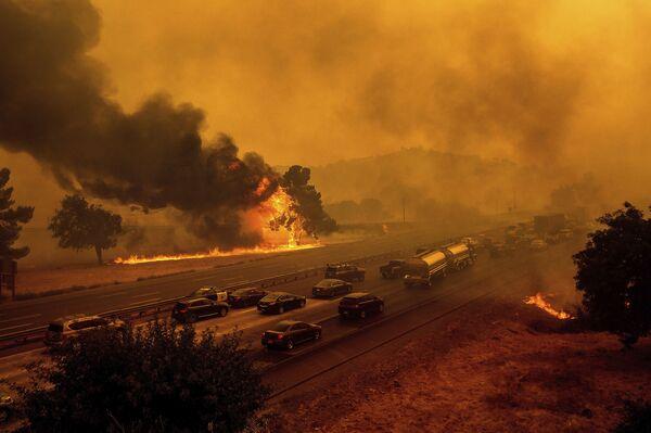 Лесные пожары вдоль автомагистрали 80 в Вакавилле, штат Калифорния - Sputnik Азербайджан