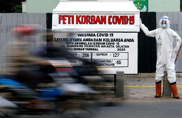 Гроб и манекен, предупреждающие об опасности коронавируса в Индонезии - Sputnik Азербайджан