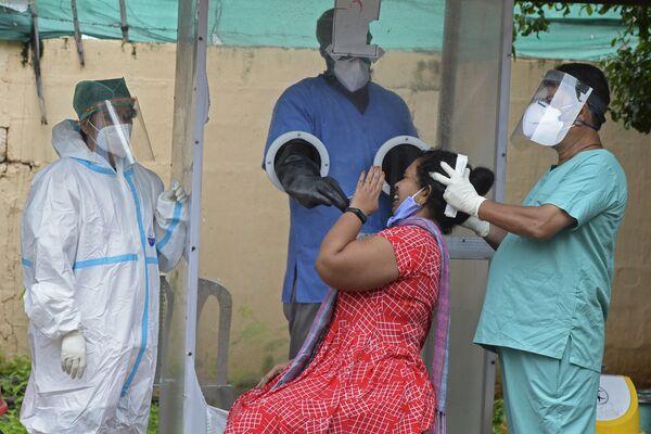 Забор мазка у женщины в Хайдарабаде, Индия - Sputnik Азербайджан