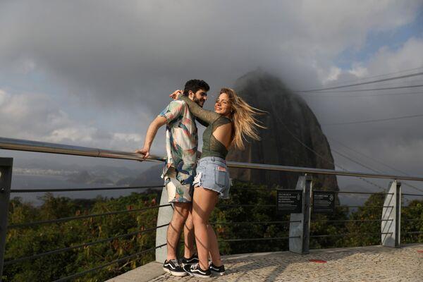 Влюбленная пара на фоне горы Сахарная голова, открытой для доступа после карантина в Рио-де-Жанейро, Бразилия - Sputnik Азербайджан