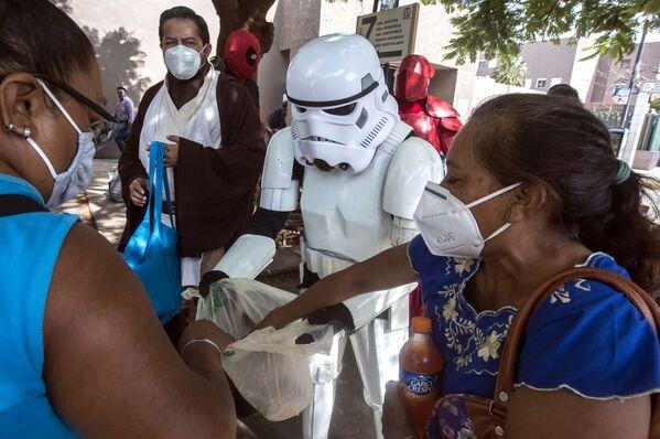 Члены фан-клуба Звездных войн доставляют еду родственникам пациентов, госпитализированных в больницу, Мерида, Мексика - Sputnik Азербайджан