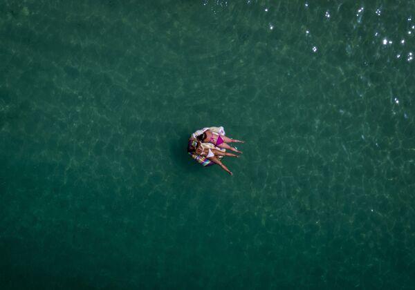 Женщины на плавучей платформе на юго-западе острова Гран-Канария, Испания - Sputnik Азербайджан