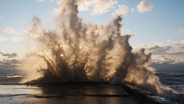 Большие волны на море, фото из архива - Sputnik Азербайджан