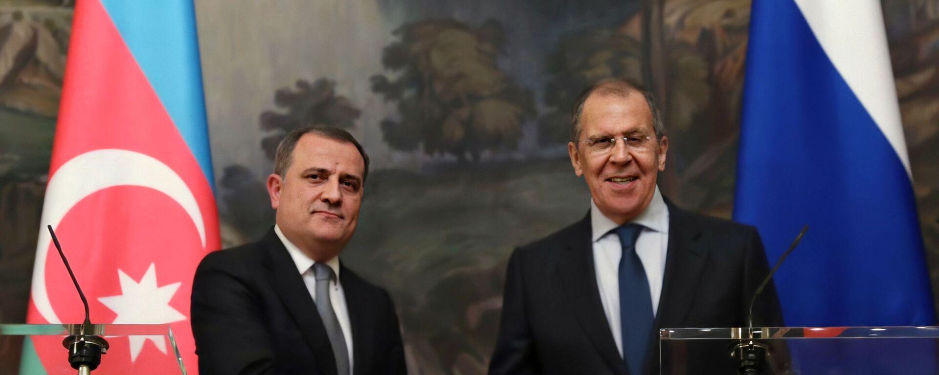 Министр иностранных дел РФ Сергей Лавров (справа) и министр иностранных дел Азербайджана Джейхун Байрамов - Sputnik Азербайджан, 1920, 11.05.2021