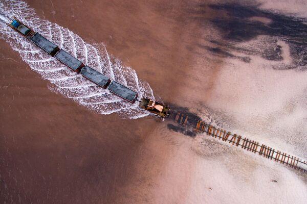 Вид сверху на соленое озеро Бурлинское в Славгородском районе Алтайского края - Sputnik Азербайджан