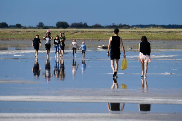 Отдыхающие на соленом озере Бурлинское в Славгородском районе Алтайского края - Sputnik Азербайджан