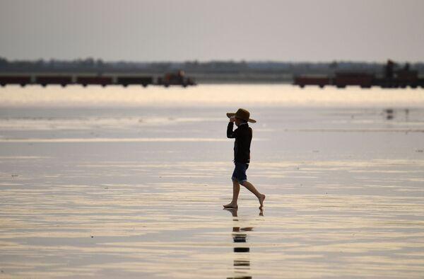 Отдыхающий на соленом озере Бурлинское в Славгородском районе Алтайского края - Sputnik Азербайджан
