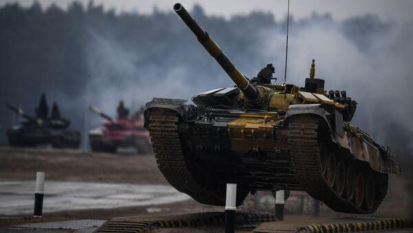 Танк Т-72 команды военнослужащих Казахстана во время соревнований танковых экипажей в рамках конкурса Танковый биатлон-2020 на полигоне Алабино в Подмосковье - Sputnik Азербайджан