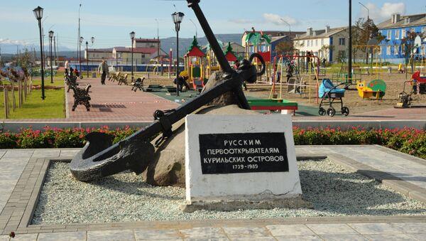 Памятник русским первооткрывателям Курильских островов на центральной площади Южно-Курильска - Sputnik Азербайджан