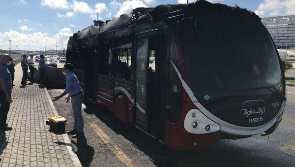 Сгоревший автобус в Баку - Sputnik Azərbaycan