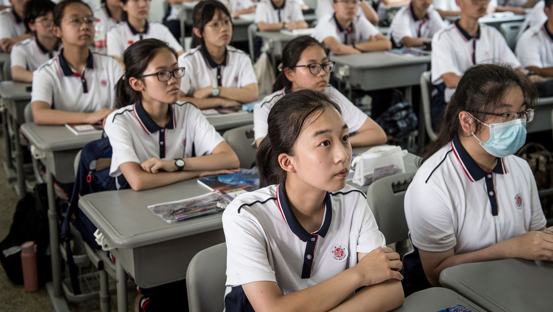 Students attend a class at Wuhan High School on the first day of the new semester in Wuhan in China's central Hubei province on September 1, 2020.  - Sputnik Азербайджан, 1920, 30.07.2021