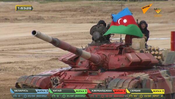 Третьи в полуфинале: кадры выступления танкистов Азербайджана на Танковом биатлоне - Sputnik Азербайджан