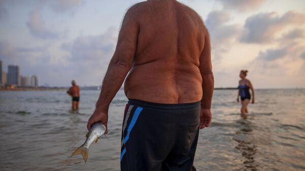 Полный мужчина на пляже - Sputnik Азербайджан