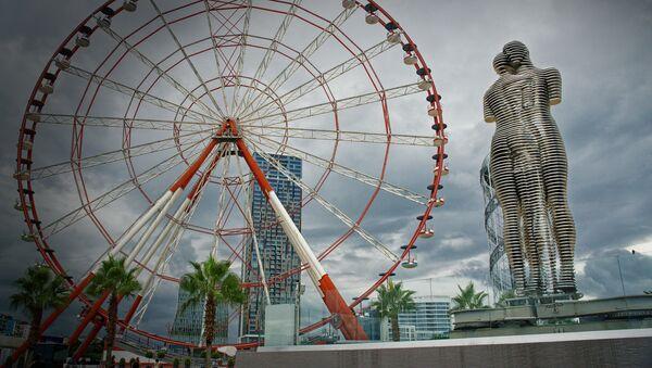 Скульптура Али и Нино в городе Батуми в пасмурную погоду - Sputnik Азербайджан