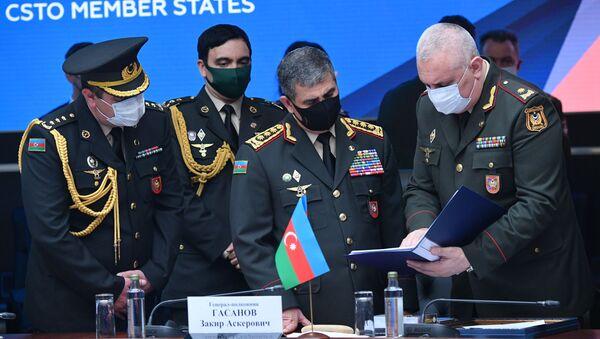 Министр обороны Азербайджана Закир Гасанов (на первом плане второй справа) на заседании членов ШОС, государств – участников СНГ  - Sputnik Азербайджан