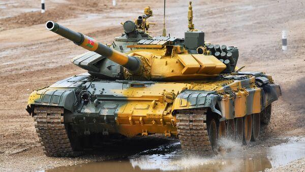 Танк Т-72Б3 команды военнослужащих Азербайджана во время финальной эстафеты танковых экипажей в рамках конкурса Танковый биатлон-2020 на полигоне Алабино - Sputnik Azərbaycan