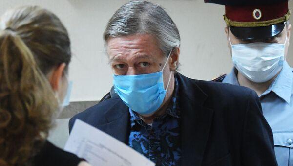 Актёр Михаил Ефремов входит в здание Пресненского суда города Москвы - Sputnik Азербайджан