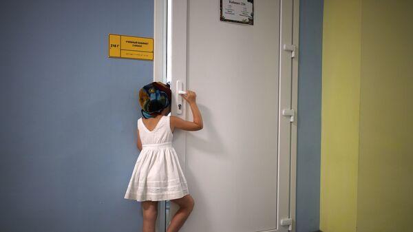Девочка в школе, фото из архива - Sputnik Azərbaycan